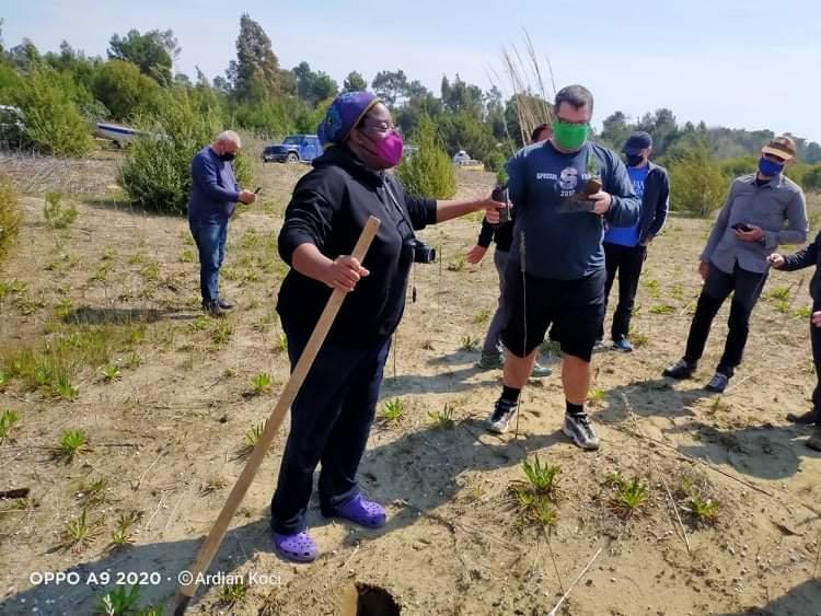 Diplomatici italiani e americani piantano pini di Aleppo nel Giardino Angelo Vassallo in Albania