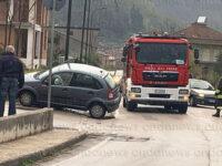 Incidente a San Pietro al Tanagro. Auto esce fuori strada e finisce su un muretto
