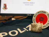 Spacciatrice salernitana trovata in piazza con un panetto di hashish nascosto negli abiti. Arrestata