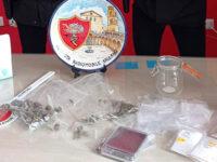 Scoperto a Salerno mentre fuma uno spinello, a casa hashish e marijuana. Arrestato giovane pusher