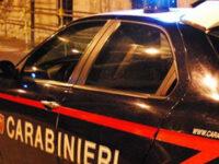 Sfondano con l'auto la vetrina di un'armeria a Salerno e rubano fucili. Caccia ai ladri