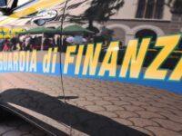 Felpe e jeans con griffe false in 2 depositi a Battipaglia e Montecorvino Pugliano. Denunciato il responsabile