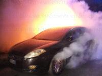 Auto in sosta in fiamme a Polla. I Vigili del Fuoco evitano il peggio