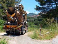 Lava la betoniera per strada a Camerota, ma il sindaco lo coglie sul fatto e lo fa multare