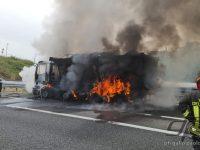 Camion si incendia in A2 tra Battipaglia ed Eboli. Intervengono i Vigili del Fuoco