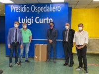 Il consigliere regionale Michele Cammarano consegna un respiratore all'ospedale di Polla