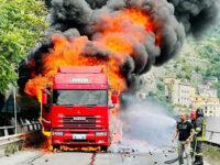 """Paura sul viadotto """"Gatto"""" a Salerno. Autocarro in fiamme, intervengono i Vigili del Fuoco"""