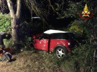 Auto finisce contro un albero ad Avigliano. I Vigili del Fuoco estraggono un ferito dalle lamiere