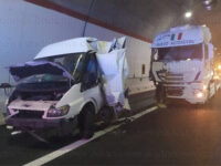 Violento impatto tra un camion e un furgone sull'A2 tra Padula e Lagonegro. Una persona ferita