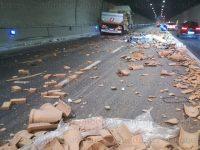 Incidente stradale in A2 tra Sicignano e Petina. Camion perde carico di mattoni in strada