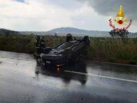 Auto si capovolge sul Raccordo Sicignano-Potenza nei pressi dell'uscita di Tito. Intervengono i Vigili del Fuoco