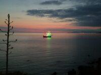 La Nave Palinuro approda nel mare cilentano e omaggia i cittadini illuminandosi con il tricolore