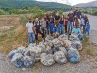 32 buste di spazzatura, copertoni e ferraglia. Il Forum dei Giovani di Padula ripulisce il lungofiume