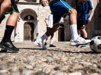 """A Sant'Angelo Le Fratte divieto di giocare a pallone in piazza. Un gruppo di cittadini: """"Siamo indignati"""""""