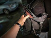 Ruba la borsa ad una ragazza sul lungomare a Salerno e chiede 100 euro per restituirla. Fermato extracomunitario