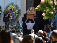 Cori e colori a Salerno per l'ultimo commosso saluto a Chiara Pepe, deceduta in un tragico incidente