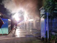 Battipaglia: incendio nella notte nella zona industriale. In fiamme nota azienda di abbigliamento