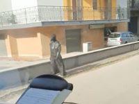 """Sant'Arsenio: mascherato da """"medico della peste"""" gira per le strade del paese"""