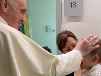 Papa Francesco visita i bambini ricoverati al Gemelli. Tra loro il piccolo Michele di Sala Consilina