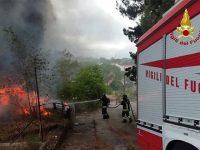 Rifiuti abbandonati in fiamme nel rione Bucaletto a Potenza. Intervengono i Vigili del Fuoco