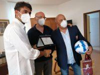 Sapri: consegnata una targa a Gerardo Salvucci, magazziniere della Salernitana