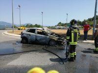 Auto in fiamme sulla Statale 18 nei pressi dello svincolo di Roccagloriosa. Intervengono i Vigili del Fuoco
