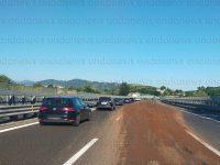Disagi lungo l'A2 del Mediterraneo. Camion perde carico di pomodori tra San Mango e Pontecagnano