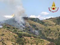 In fiamme le colline di Ascea e l'Arco Naturale di Palinuro. I Vigili del Fuoco evitano il peggio