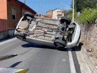 Rocambolesco incidente a Sala Consilina. Auto si ribalta lungo la strada a Sant'Antonio