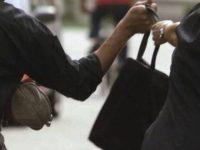 Paura a Capaccio. Donna scippata della borsa in pieno centro, indagini per risalire al responsabile