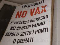 """""""I pensionati No Vax vanno sepolti sotto i ponti"""". Cartello shock compare nel centro di Potenza"""
