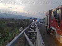 Incendio nei pressi dell'A2 tra Atena Lucana e Sala Consilina. Il denso fumo blocca il traffico in autostrada