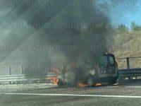 Furgone in fiamme lungo l'A2 del Mediterraneo tra Contursi Terme e Campagna
