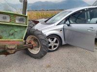 Violento scontro tra un'auto e un trattore lungo la Strada Provinciale Teggiano-Polla