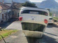 Rocambolesco incidente a Teggiano. Auto si ribalta lungo la strada