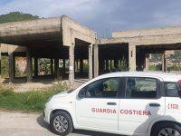 Edificio in cemento armato fatiscente e pericoloso a Montecorice. Scatta il sequestro