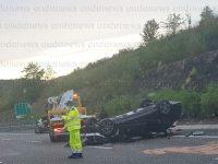 Auto si ribalta sull'A2 tra gli svincoli di Sicignano e Contursi. Un ferito