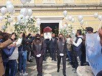 Centinaia di rose bianche e un silenzio assordante a Montesano per l'ultimo saluto a Dora Lagreca