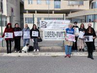 """Animalisti in protesta davanti alla mostra ornitologica a Salerno. """"Stop alla sopraffazione dell'uomo"""""""